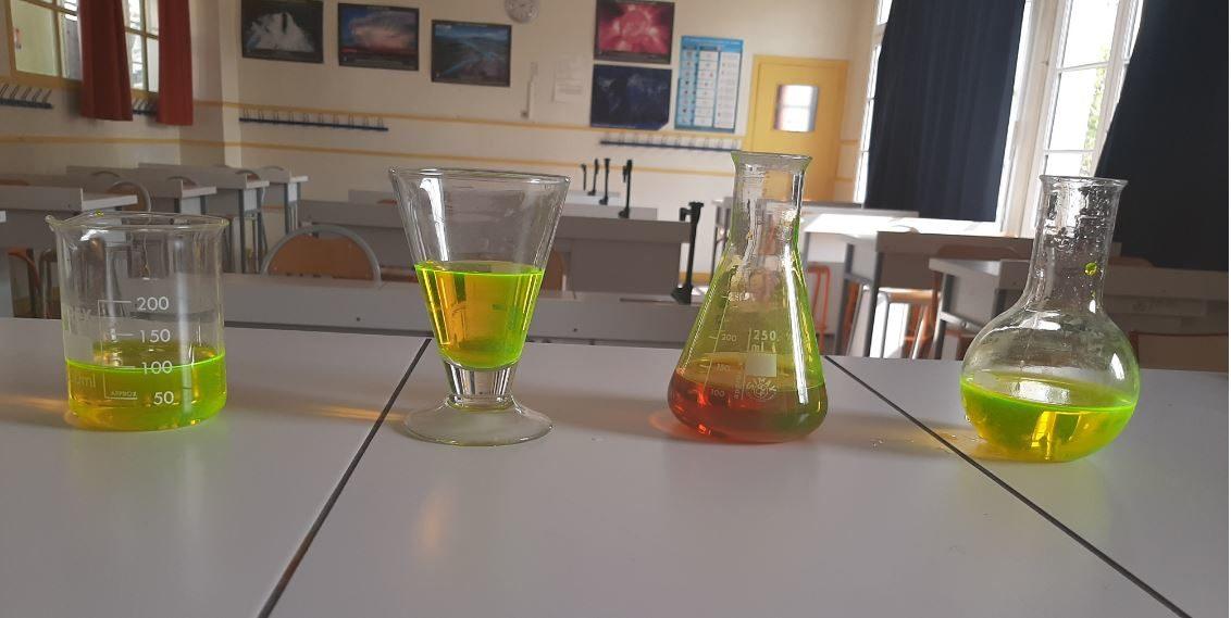 matériel de TP de chimie dans une salle spécialisée